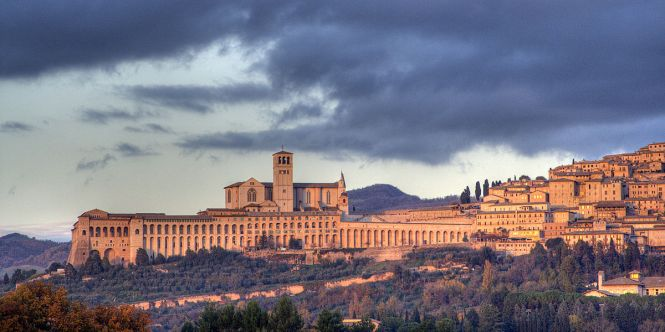 1200px-Assisi-skyline